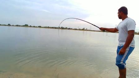大哥河边钓鱼,抛了几杆,看看他钓了啥鱼?
