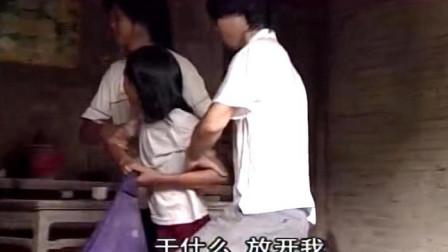 乡下妹子被骗到小黑屋,俩男子强行生拉硬拽,恐怕凶多吉少了!
