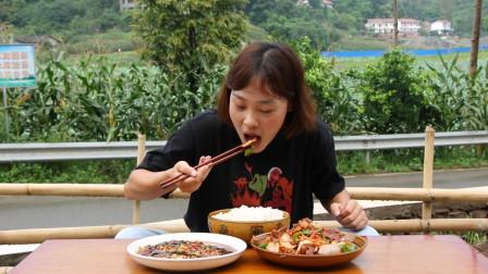 秋妹做了正宗的榨菜回锅肉,加凉拌茄子,猛吃一盆米饭,看饿了