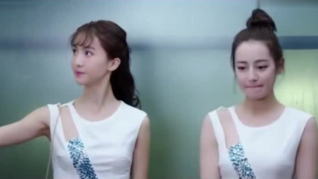 美女在电梯内自拍,谁知拍得太投入,结果尴尬的事情发生了