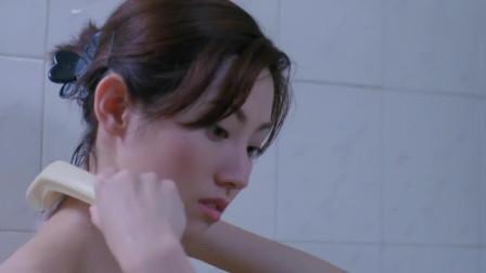 女子三更半夜洗澡,她身后的一幕却让人毛骨悚然!