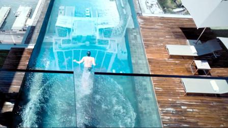 小伙正在空中泳池游泳,突然发现泳池底下不对劲,结果来不及逃!