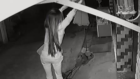 深夜女子站摩托车上,随后的动作以为没人看见,其实全被监控拍下
