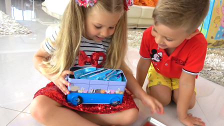 萌娃小萝莉和哥哥又得到什么好吃了,是饼干还是蛋糕呢?