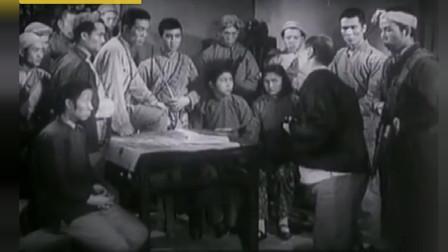 经典老电影《扑不灭的火焰》地主向敌人告密,游击队晚上处决汉奸