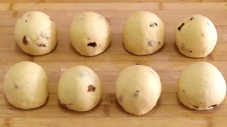 加一把红枣碎和葡萄干,做出的馒头香甜劲道,咬一口很过瘾