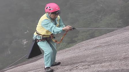 """来点正能量!黄山""""环保蜘蛛侠"""",系五十米绳悬崖捡垃圾"""