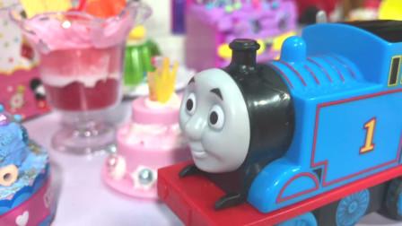 丁丁鸡爱玩具 托马斯给芭比送摩天轮生日蛋糕,给生日蛋糕涂奶油吧!