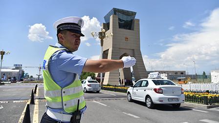 新时代·幸福美丽新边疆: 边界线上的交警