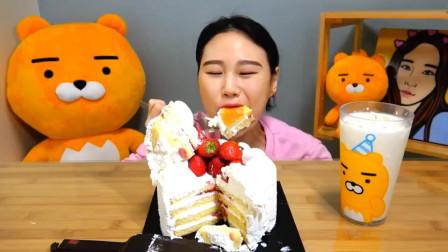 韩国美女卡妹吃草莓奶油蛋糕,果然甜食使人幸福