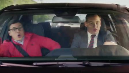 高分美剧:司机接开车接电话吓坏美国小伙,司机还打了个转!