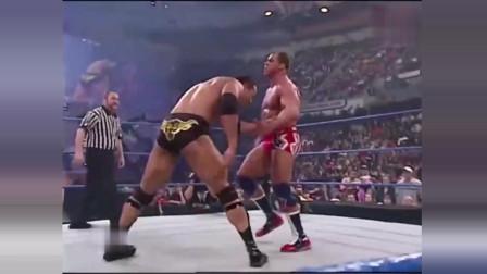 WWE:管你是啥双冠王,敢偷袭巨石强森,就少不了一顿暴揍