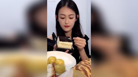 今早吃咸奶油奥利奥蛋糕虎皮卷黑芝麻大汤圆紫米面包榴莲饼