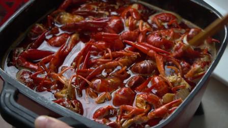 小赵说美食:把虾炸熟后放入切好的食材