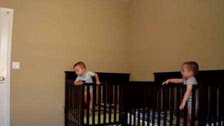 """看小宝宝使用浑身解数""""越狱"""",这熟练地程度,一看便是内行啊"""