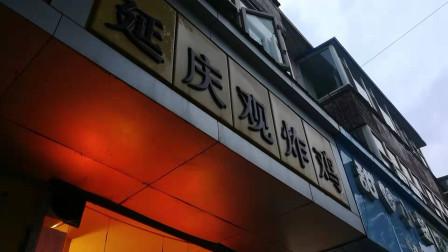 """长治街边随处可见小吃""""延庆炸鸡""""配冰镇啤酒,简直是最佳搭配。"""