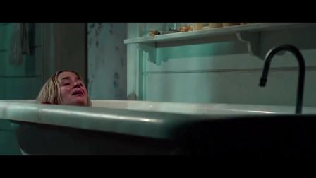 《寂静之地》女主浴缸里产子, 神秘生物就在门外却又不敢出声