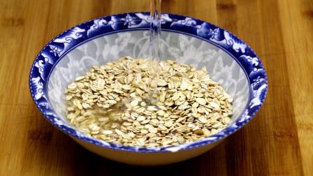 夏天要多吃燕麦片,教你个新吃法,开水一烫,卷一卷,出锅流口水