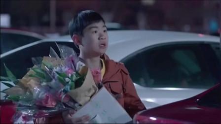 富家少爷帮同学扮惨卖花,结果遇到了亲哥哥,被追的满街乱窜!