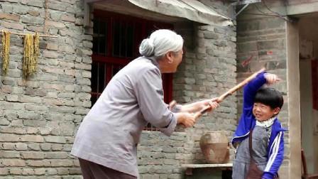 小浩捡柴回来悄悄拿到院子,被奶奶发现以为小偷,可怜小浩遭暴打