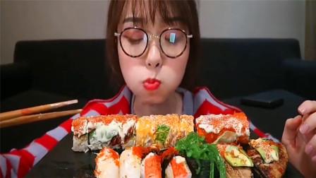 吃货哎呦阿尤吃一大份寿司拼盘,一口一个,大口咀嚼吃着真过瘾!
