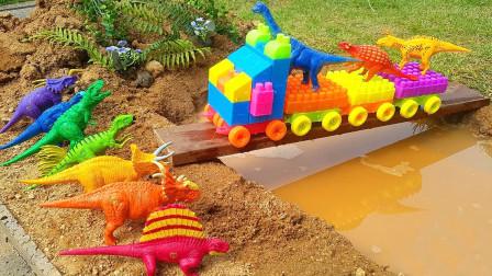 恐龙玩具,在火车上携带恐龙穿过浑水的木桥!