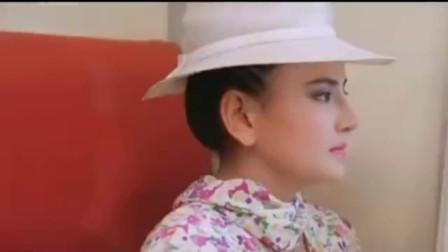 美女在泰国列车上大打出手,功夫不错,格斗真精彩!