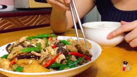 家常做法香菇油豆腐炒肉,满满一大盘好香啊,看饿了忍不住流口水