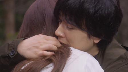 帅哥抱得也太大力了吧,感觉美女被他遏制住了喉咙