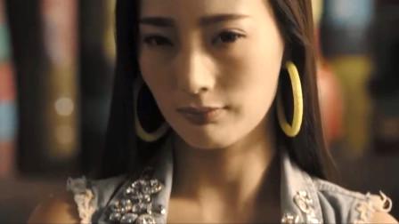 男子盯着王李丹妮豪放的身材看,她忍不住动手了