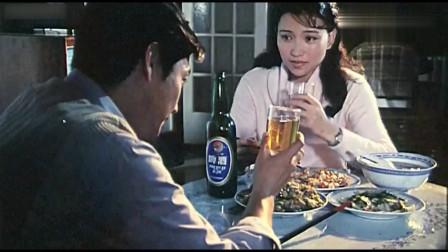 80年代电影片段:三个菜一个汤,还喝啤酒,那个时代的小资生活