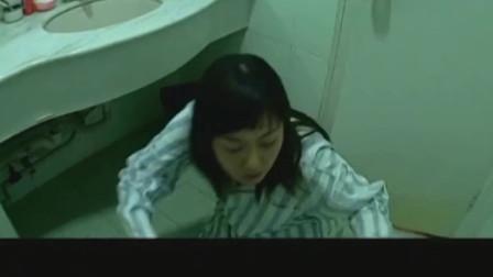 床上美女抑制不住内心狂躁,竟跑到厕所解决