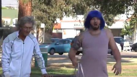 男子街头恶搞,故意将包包落下,看路人反应