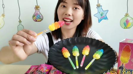 """妹子吃""""彩色羽毛荧光棒棒糖"""",色彩绚丽颜值高,香甜真开心"""