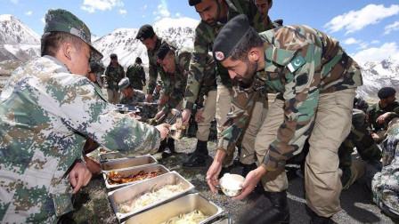 巴基斯坦兄弟在国界线,对中国士兵喊到:老铁,饭做好了快来吃!