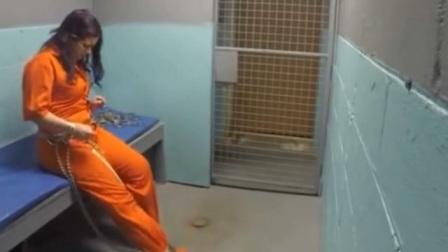 带着沉重脚链的女犯人,在监狱里想换贴身衣服怎么办?意想不到!