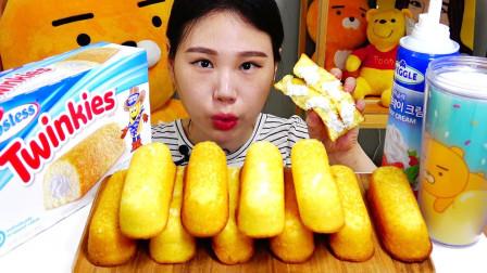 """韩国吃播:""""注心奶油小面包"""",在表面喷上新鲜奶油,吃得真过瘾"""