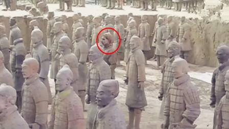 女游客参观兵马俑,发现其中一个不对劲,看清楚后马上报警