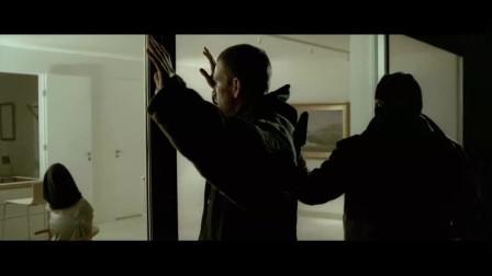特工被人拿枪顶着头,机智称没拿钥匙,下秒好戏上演了