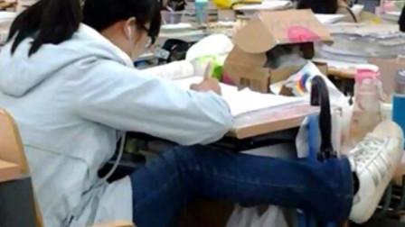 妹子的奇葩坐姿,成功引起了老师的注意