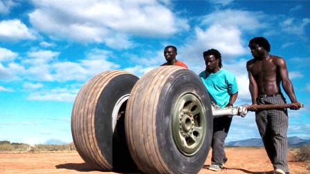 一架货机降落在非洲平原上,结果停了一晚,就被拆的连轮子都不剩