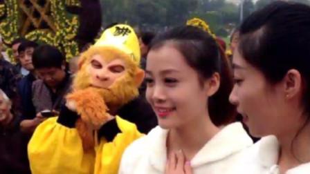 猴哥看小姐姐的眼神亮了,难道比天上的仙女还漂亮