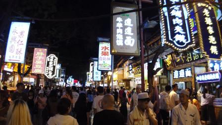 自驾游女孩去西安钟楼鼓楼逛街,误打误撞进了回民街,平时也人挤人