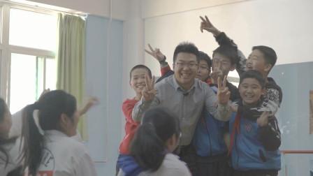 """90后语文老师课堂上""""说学逗唱""""""""抖包袱"""",征服10后小学生"""