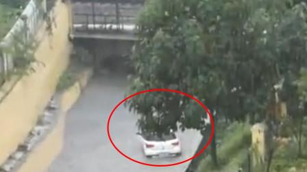 山东枣庄突降暴雨 男子猛闯积水铁路桥洞被困致