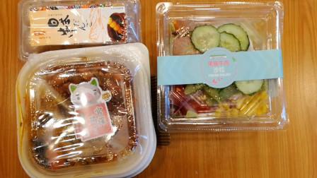 兴仔小厨:便利店之宫保鸡丁饭,酱汁丸子串,搭配黑椒牛肉沙拉