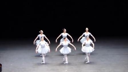 國外美女跳芭蕾舞,總有一個不在狀態