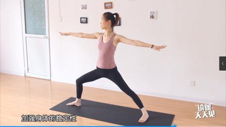 右手代表未来,左手代表过去,身体代表现在,战士二瑜伽展望未来