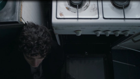 小伙想不开要自杀,打开煤气就是一顿吸,结果把煤气给吸欠费了!
