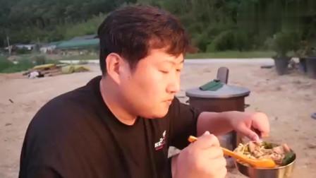 《韩国农村美食》韩国大妈中午用大铁锅炖豆腐,放入大量牛肉和金针菇,一家人都喜欢吃